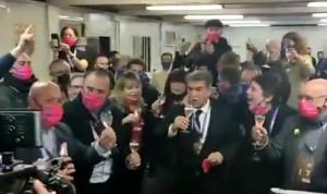 开心!拉波尔塔开香槟庆祝当选巴萨新主席