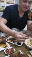 战神刘玉栋大口吃肉,看上去就很有食欲啊