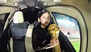 美女携火神杯乘坐无人驾驶飞行器进入球场