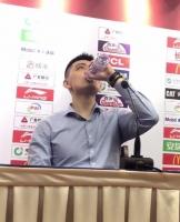 赢了比赛松口气!杨鸣在发布会上直接干了一瓶水