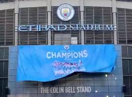 重登王座!曼城在伊蒂哈德球场外挂起冠军旗帜
