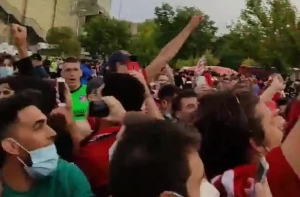 奥布拉克被马竞球迷高高抬起疯狂庆祝