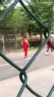 篮球界的内马尔?北体大的学生招呼郭艾伦一起踢球