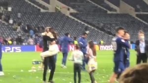 赛后图赫尔双手抱住跑来的妻子送上热吻