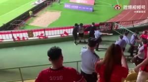 索嗨!广州德比球迷上演干架+对骂