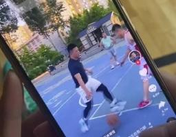 郭艾伦看短视频学打球动作并问:这球走步吗?