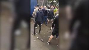 一片混乱!西布朗球迷和米尔沃尔球迷在场外干架