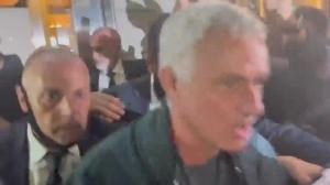 人气火爆!穆里尼奥在罗马餐厅外被包围