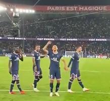 巴黎众将赛后手拉手感谢球迷