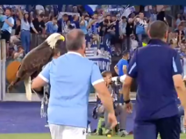 罗马德比赛后两重天!萨里举鹰庆祝 穆帅就地开会
